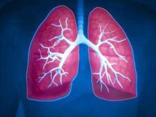 慢阻肺即慢性阻塞性肺疾病,以不完全可逆的气流受限为特点。慢阻肺气流受限常呈进行性加重,并伴有对有害颗粒或气体,主要是吸烟所致的肺部异常炎症反应。虽然慢阻肺直接累及肺,但也可引起显著的全身效应。慢阻肺与