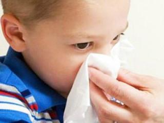 疱疹性咽峡炎(herpangina)是由肠道病毒引起的以急性发热和咽峡部疱疹溃疡为特征的急性传染性咽颊炎,以粪-口或呼吸道为主要传播途径,传染性很强,传播快,遍及世界各地,呈散发或流行,夏秋季为高发季节,主要侵