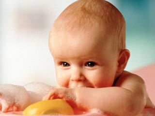 新生儿洗澡包括如何给新生儿洗澡?新生儿洗澡前的准备?如何正确给新生儿洗头和脸?如何给新生儿洗身?新生儿洗澡后的护理?给新生儿洗澡的注意事项?