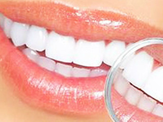 嘴唇是一个人面部最重要的部分之一,我们每天吃饭、喝水、说话都需要用到嘴唇。但是你知 道吗,通过嘴唇还能检测一个人是不是健康。正常人的嘴唇红润,干湿适度,润滑有光,如果 身体有问题,嘴唇会及时给你信号。