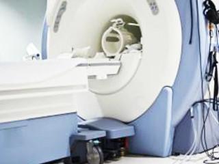 脑磁共振检查通常可以提供比脑CT 更多的信息,是成像更清楚的一种检查,有些异常在CT 上看不出来,但在磁共振上则能显示清楚,例如,局灶性脑皮质发育不良。