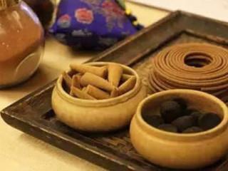"""海派中医是海派文化的重要组成部分,即具有""""海派文化""""特征的上海中医药。具有文字记载,上海中医始于唐代,兴于宋末元初,盛于明清。海派中医不是一个新兴的医学学术别派,而是在近代上海特定的社会、经济……"""