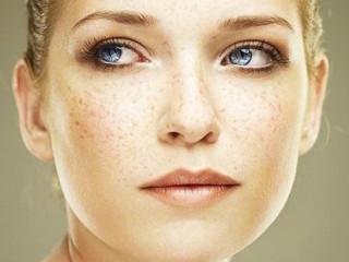 色素斑,是皮肤黑色素颗粒分布不均匀,导致局部出现比正常肤色深的斑点、斑片。日晒过度、内分泌失调、慢性肝肠胃疾病、化妆品使用不当等,都可能是引起色素斑的诱因。可以使用非手术法和手术方法等来治疗。