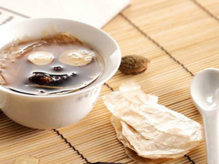 二冬膏,中成药名。为补阴剂,具有养阴润肺功效。用于阴肺不足引起的燥咳痰少、痰中带血、鼻干咽痛。