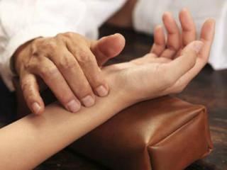 脉诊在临床上,可推断疾病的进退预后。临床上主要掌握脉诊的时间、病人的体位,医生的指法和指力轻重,每次按脉时间,以每侧脉搏跳动不少于50次为限,同时要了解健康人脉象的变化情况,才能正确地进行脉诊。