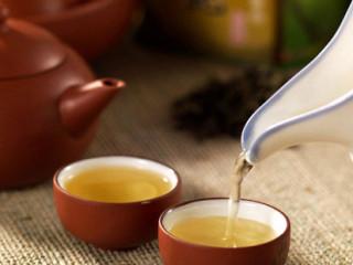 饮茶不但是传统饮食文化,同时,由于茶中含有多种抗氧化物质与抗氧化营养素,对于消除自由基有一定的效果。因此喝茶也有助防老,具养生保健功能,每天喝三两杯茶可起到防老的作用。
