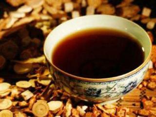 四物汤是一道传统药膳。以当归、川芎、白芍、熟地四味药材为主要原料熬制而成,是中医补血、养血的经典药膳。