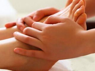 足疗在中医文化中,足浴疗法源远流长,它源于我国远古时代,是人们在长期的社会实践中的知识积累和经验总结,至今已有3000多年的历史传统。