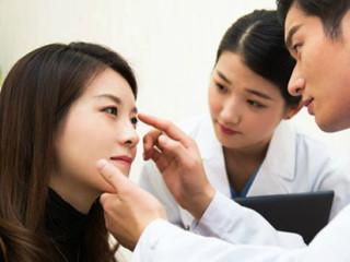 """面诊,即医生运用望、闻、问、切四诊法来对面部整体以及面部五官进行观察, 从而判断人体全身与局部的病变情况。所谓""""相由心生"""",内在五脏六腑的病理变化或是心理变化,终会表现在脸上的相关区域"""