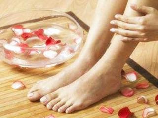 """足癣(俗名""""香港脚""""、脚气),系真菌感染引起,其皮肤损害往往是先单侧(即单脚)发生,数周或数月后才感染到对侧。水疱主要出现在趾腹和趾侧,最常见于三四趾间,足底亦可出现,为深在性小水疱,可逐渐融合成大疱"""