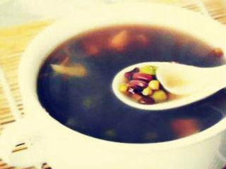 """绿豆清热之功在皮,解毒之功在肉。绿豆汤是家庭常备夏季清暑饮料,清暑开胃,老少皆宜。酸梅汤是老北京传统的消暑饮料,《本草纲目》说:""""梅实采半黄者,以烟熏之为乌梅。""""它能除热送凉,安心止痛,甚至可以治咳嗽"""