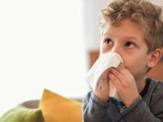 鼻炎防治:小儿推拿、艾灸及养护要点(  1、患儿坐位或仰卧,家长以拇,食二指点按鼻唇沟上端尽处,时间为1~3分钟。2、以双手拇指按压攒竹穴1分钟。3、以拇指指腹沿鼻梁两侧,自上向下推擦,以局部产生热感为止。