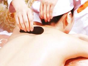 刮痧疗法是用边缘光滑的嫩竹板、瓷器片、小汤匙、铜钱等工具,蘸食油或清水在体表部位进行由上而下、由内向外反复刮动,用以治疗有关的疾病。 多用于治疗夏秋季时病,如中暑、外感、肠胃道疾病。