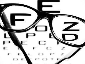 在看不同距离、不同亮度的事物时,人眼有一定的自动调节能力,以使得在各种情况下,照在视网膜上的图像尽量清楚。青少年近视的本质是眼部肌肉的调节功能衰退了,导致远处的光线经过眼的屈光后,焦点落在视网膜前。