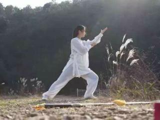 养生太极拳是一种身心兼修的练拳健身运动。练拳时注重意气运动,以心行气,疏通经络,平衡阴阳气血,以提高阴阳自和能力。