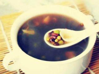 """绿豆清热之功在皮,解毒之功在肉。绿豆汤是家庭常备夏季清暑饮料,清暑开胃,老少皆宜。 酸梅汤是老北京传统的消暑饮料,《本草纲目》说:""""梅实采半黄者,以烟熏之为乌梅。"""""""
