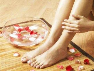 """足癣(俗名""""香港脚""""、脚气),系真菌感染引起,其皮肤损害往往是先单侧(即单脚)发生,数周或数月后才感染到对侧。"""