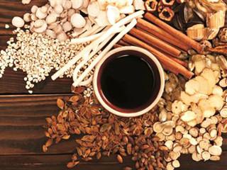 """煎煮法是将药材加水煎煮取汁的方法。该法是最早使用的一种简易浸出方法,至今仍是制备浸出制剂最常用的方法。由于浸出溶煤通常用水,故有时也称为""""水煮法""""或""""水提法""""。"""
