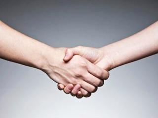 """中医讲手上有六条经脉通过,也是六条经脉的终点和始点,按着全息理论手能反映一个人的健康状况和性格,也就是我们说的""""窥一斑而知全豹"""",我们在社交活动中,握手是极其平常的事情。"""