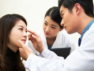 面诊,即医生运用望、闻、问、切四诊法来对面部整体以及面部五官进行观察, 从而判断人体全身与局部的病变情况。