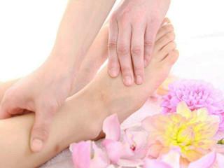 人体的五脏六腑在脚上都有相应的投影,连接人体脏腑的12条经脉,其中有6条起于足部,脚是足三阴之始,足三阳之终,双脚分布有60多个穴位与内外环境相通。