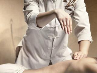 穴位按摩是祖国医学的重要组成部分,它是以祖国医学理论为指导,以经络腧穴学说为基础,以按摩为主要施治,用来防病治病的一种手段。